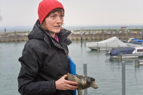 Archäologin Iris Hutter mit einem mittelalterlichen Kochgeschirr, das ebenfalls am Seegrund lag. (Bild: Donato Caspari)