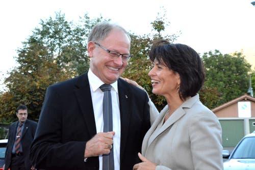 Herzliche Begrüssung an der Energietagung: Regierungsrat Hans Wallimann empfängt Doris Leuthard. (Bild: Romano Cuonz, 27. August 2015)