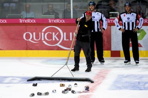 Ein Eismeister putzt das Eis im ersten Eishockey Playoff-Finalspiel der National League in der PostFinance Arena in Bern. (Bild: KEYSTONE/Anthony Anex)