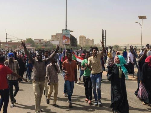 Der Protest hat den Machthaber vertrieben: Jubelnde Menschen in Khartum. (Bild: KEYSTONE/AP)