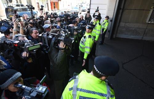 Journalisten und Polizisten vor dem Gerichtsgebäude. (Bild: EPA/ANDY RAIN)