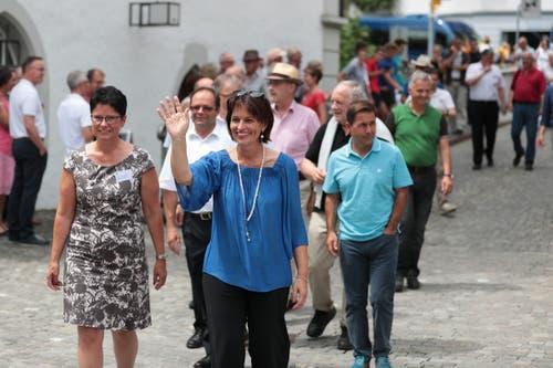 Auf der Bundesratsreise macht Doris Leuthard Halt in Sarnen. Die CVP-Politikerin beim Empfang auf dem Dorfplatz mit der Obwaldner Regierungsrätin Maya Büchi-Kaiser. (Bild: Roger Zbinden, 7. Juli 2017)