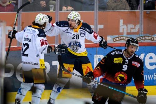 Zugs Yannick-Lennart Albrecht, Mitte, jubelt nach seinem Tor (2-1) mit Zugs Yannick Zehnder, links, an der Seite von Berns Jan Mursak, rechts. (Bild: KEYSTONE/Anthony Anex)