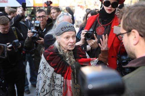Die Modeikone Vivienne Westwood gesellte sich zu den Pro-Assange Demonstranten vor dem Gerichtsgebäude. (Bild: Photo by Dan Kitwood/Getty Images)