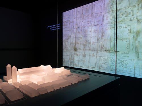 Ein Modell des St. Galler Klosters, links, und eine Projektion des Planes, in der Ausstellung «Das Wunder der Überlieferung – Der St.Galler Klosterplan und Europa im frühen Mittelalter» in St. Gallen. (Bild: KEYSTONE/GIAN EHRENZELLER)