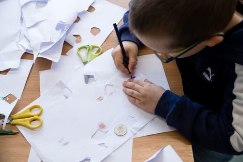 Kindergärtler basteln sich ihr Spielzeug selber. (Bild: Philipp Schmidli, Emmen, 11. April 2019)