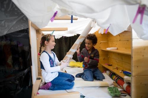 Diese Kindergärtler basteln sich ihr Spielzeug selber. (Bild: Philipp Schmidli, Emmen, 11. April 2019)