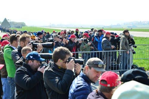 Am Rand der Piste des Militärflughafens wohnten sie Start und Landung des Eurofighters bei. (Bild: Samuel Schumacher)