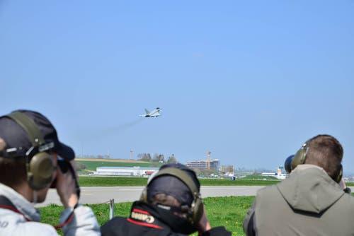 Nicht alle waren mit dem Schaulaufen des Kampfjets zufrieden. (Bild: Samuel Schumacher)