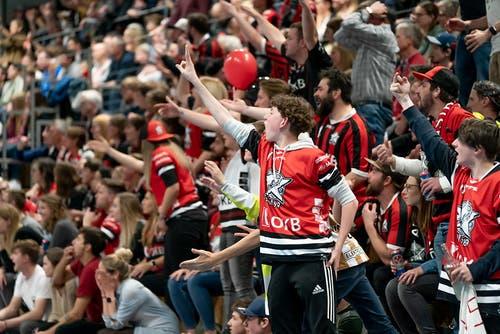 Heissblütige Fans von Sarnen. (Bild: Claudio Schwarz, Kloten, 13. April 2019)