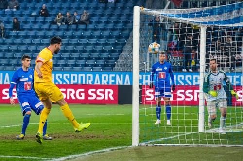 Kemal Ademi (Xamax) erzielt das Tor zum 0:1. (Bild: Martin Meienberger/freshfocus, Luzern, 13. April 2019)