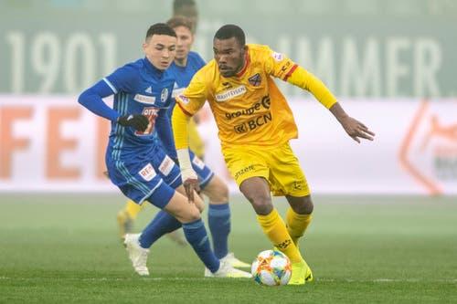 Geoffroy Serey Die, rechts, von Xamax im Spiel gegen Ruben Vargas, links, von Luzern. (Bild: KEYSTONE/Urs Flüeler, Luzern, 13. April 2019)