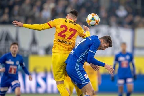 Arbenit Xhemajli, links, von Xamax im Spiel gegen Pascal Schuerpf, rechts, von Luzern. (Bild: KEYSTONE/Urs Flüeler, Luzern, 13. April 2019)