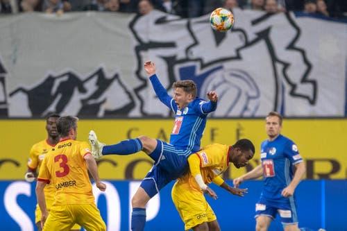 Geoffroy Serey Die, rechts, links, von Xamax im Spiel gegen Idriz Voca, links, von Luzern. (Bild: KEYSTONE/Urs Flüeler, Luzern, 13. April 2019)