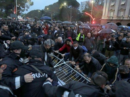 Bei Protesten in Tirana in Albanien hat es am Samstagabend Ausschreitungen gegeben. (Bild: KEYSTONE/EPA/MALTON DIBRA)