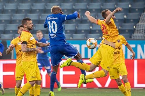 Mustafa Sejmenovic, rechts, von Xamax im Spiel gegen Blessing Eleke, mitte. (Bild: KEYSTONE/Urs Flüeler, Luzern, 13. April 2019)