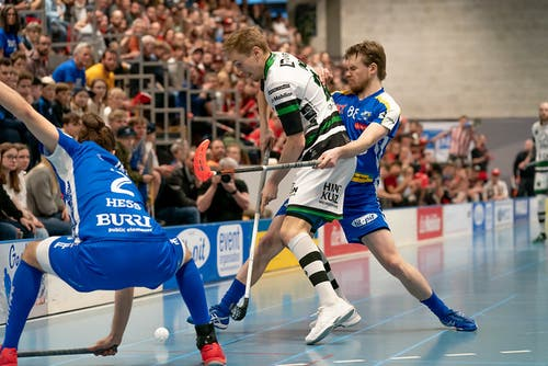 Tatu Eronen (Nr. 23, Ad Astra Sarnen) im Zweikampf mit Markus Kulmala (Nr. 88, Kloten-Dietlikon Jets). (Bild: Claudio Schwarz, Kloten, 13. April 2019)