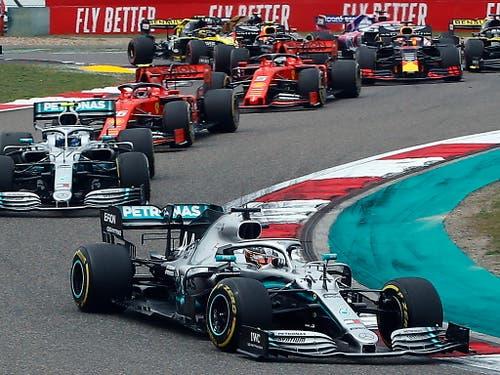 Die Entscheidung fiel schon beim Start, als Lewis Hamilton den aus der Pole-Position ins Rennen gegangenen Teamkollegen Valtteri Bottas zu überholen vermochte (Bild: KEYSTONE/EPA/DIEGO AZUBEL)
