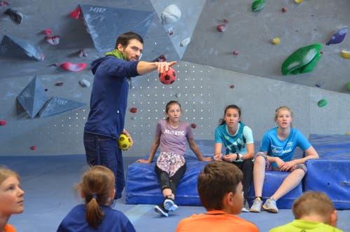 Elias Kindle erklärt in der Halle von Sparta Bouldering in Buchs die Schwierigkeitsgrade der Routen.