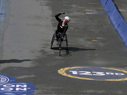 Manuela Schär bejubelt ihren Triumph (Bild: KEYSTONE/AP/CHARLES KRUPA)