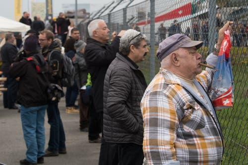 Zuschauer verfolgen die Vorbereitungen der Patrouille Suisse in Emmen. (Bild: Boris Bürgisser, 12. April 2019)