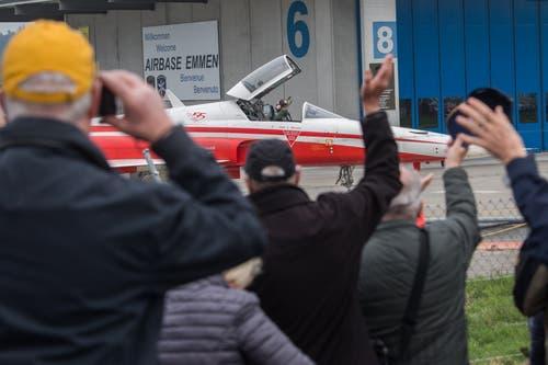 Lukas «Bigfoot» Nannini winkt den Zuschauern auf dem Militärflugplatz Emmen zu. (Bild: Boris Bürgisser, 12. April 2019)