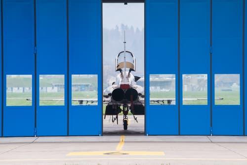 Die Tore öffnen sich, ein F-5E Tiger kommt zum Vorschein. (Bild: Boris Bürgisser, Emmen, 12. April 2019)