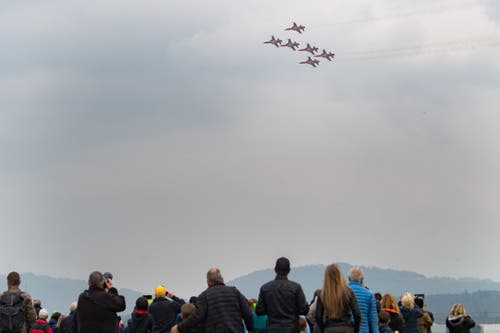 Zuschauer verfolgen ein Manöver der Patrouille Suisse. (Bild: Boris Bürgisser, Emmen, 12. April 2019)