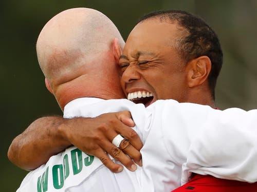Tiger Woods nach dem Triumph mit seinem Caddie Joe LaCava (Bild: KEYSTONE/EPA/ERIK S. LESSER)