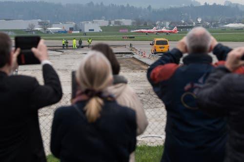 Bereit zum Start: Drei Northrop F-5E Tiger II bei den letzten Vorbereitungen auf der Piste vor dem Start. (Bild: Boris Bürgisser, Emmen, 12. April 2019)
