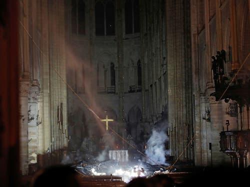 Rauch, Trümmer und Löschwasser im Innern der Kathedrale. (Bild: KEYSTONE/AP Pool Reuters/PHILIPPE WOJAZER)