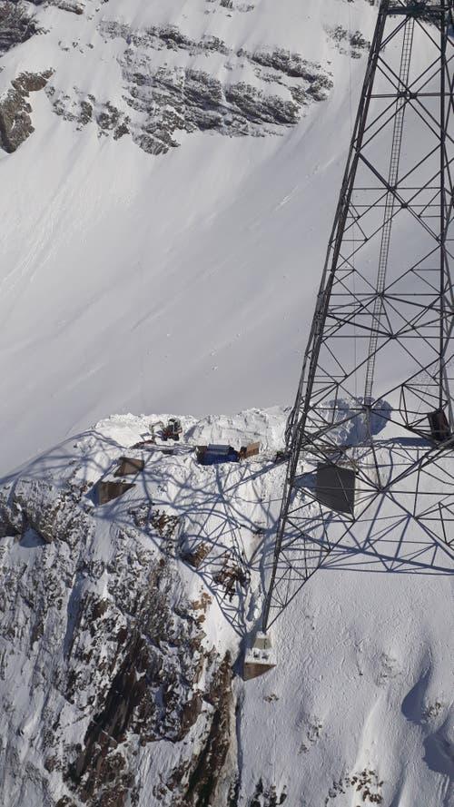 Bevor die Bauarbeiten beginnen konnten, musste Schnee geschaufelt werden. (Bild: zVg)