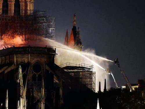 Der Feuerwehr gelang es nach mehreren Stunden in der Nacht, die Flammen unter Kontrolle zu bringen. (Bild: KEYSTONE/EPA/JULIEN DE ROSA)