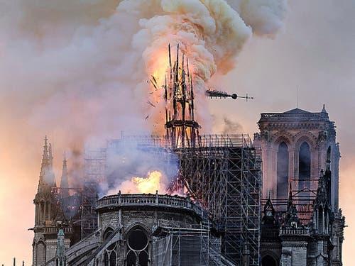 Beim Brand stürzte ein mittlerer Turm auf dem Dach der Kathedrale ein. (Bild: KEYSTONE/AP/DIANA AYANNA)