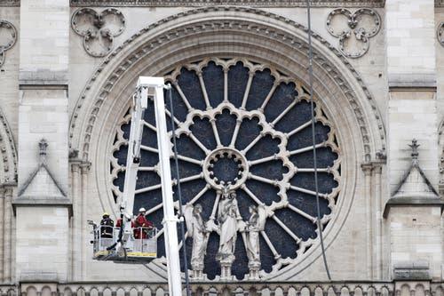 Feuerwehrleute bei der Notre-Dame-Kathedrale am Morgen danach. (Bild: Keystone)