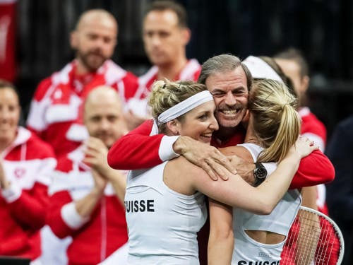 Jubel im Schweizer Fed-Cup-Team: Die Schweiz will zurück in die Weltgruppe I (Bild: KEYSTONE/EPA/MARTIN DIVISEK)