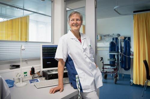 Sie kam aus Samos zurück mit einem Gefühl, mehr bekommen als gegeben zu haben. Die Pflegefachfrau Cécile Gretler an ihrem Arbeitsort, der Überwachungsstation des Spitals Heiden. (Bild: Ralph Ribi, Heiden, 11. April 2019)