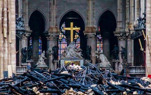 Innenansicht nach dem Brand. (Christophe Petit Tesson, Pool via AP)