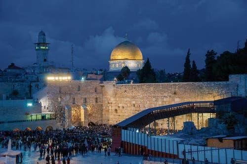 Am Vorabend des Sabbat besonders bevölkert: die Klagemauer in Jerusalem, dahinter erhebt sich der Felsendom.