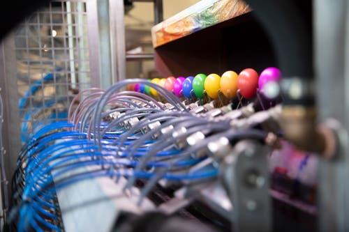 78 Spritzpistolen färben rund 12000 Eier pro Stunde. (Bild: PD)