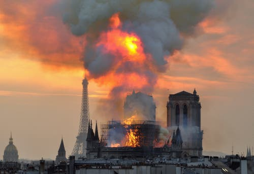 Die Notre-Dame in Flammen. (AP Photo/Thierry Mallet)