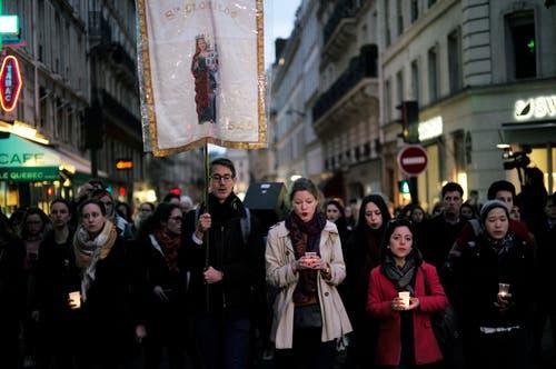 Menschen bei einer Prozession zur Kirche am Dienstagabend. (AP Photo/Kamil Zihnioglu)