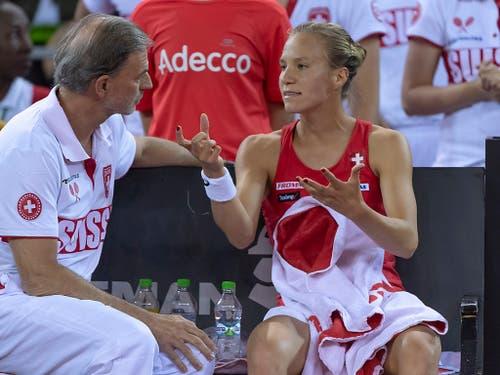 Heinz Günthardt im Gespräch mit Viktorija Golubic (rechts) (Bild: KEYSTONE/GEORGIOS KEFALAS)