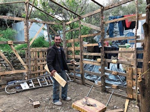 Ein Palästinenser im inoffiziellen Teil des Camps: Er baut sich seine Baracke selbst. (Bild: Cécile Gretler)