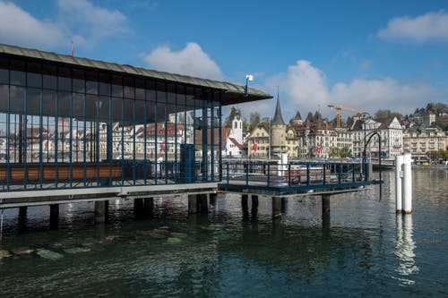 Man sieht durch die neu renovierte Landungsbrücke hindurch. (Bild: Dominik Wunderli, 17. April 2019, Luzern)
