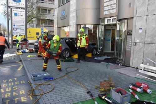 Die Feuerwehr musste die Frau aus dem Auto befreien. (Bilder: Kapo)