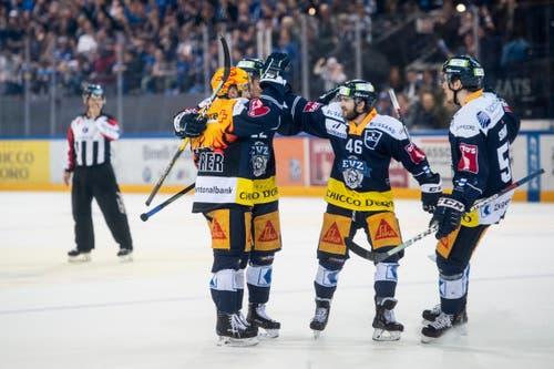 Die Zugern jubeln im vierten Eishockey Playoff-Finalspiel der National League zwischen dem EV Zug und dem SC Bern. (Bild: PPR/Ennio Leanza)