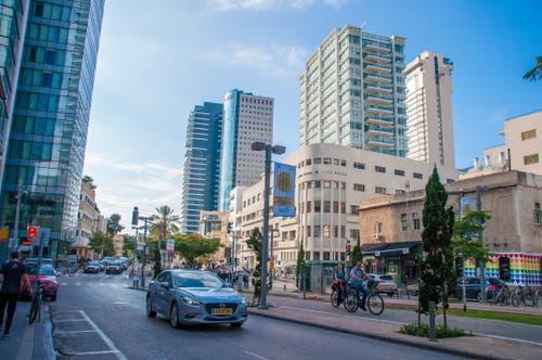 Einbahnverkehr und Radstreifen in Tel Aviv.