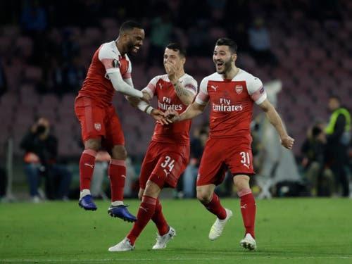 Granit Xhaka bejubelt den Treffer seines Arsenal-Teamkollegen Alexandre Lacazette (Bild: KEYSTONE/AP/LUCA BRUNO)