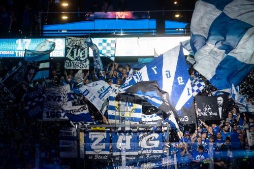 Die Zuger Fans jubeln im vierten Eishockey Playoff-Finalspiel der National League zwischen dem EV Zug und dem SC Bern in der Bossard Arena in Zug. (Bild: KEYSTONE/Ennio Leanza)